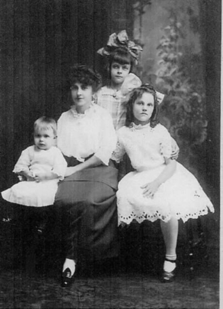 Louisa, daughter of Salem with her children... taken c 1912 - 1915